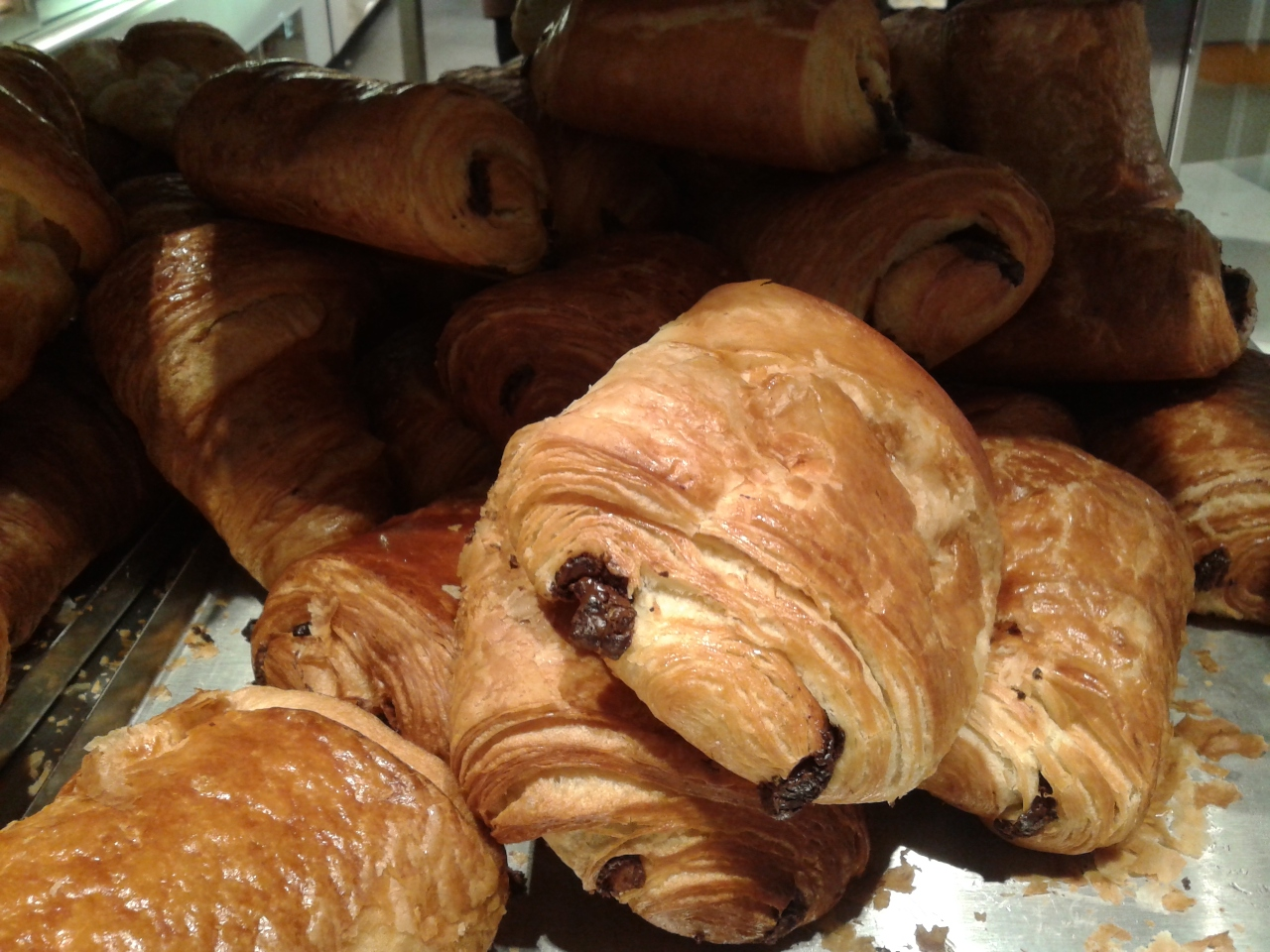 "Where to go for a delicious ""pain au chocolat"" at Brussels airport?"