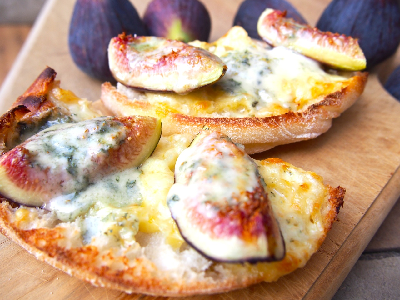 Grilled figs with Danish Blue on Turkishbread